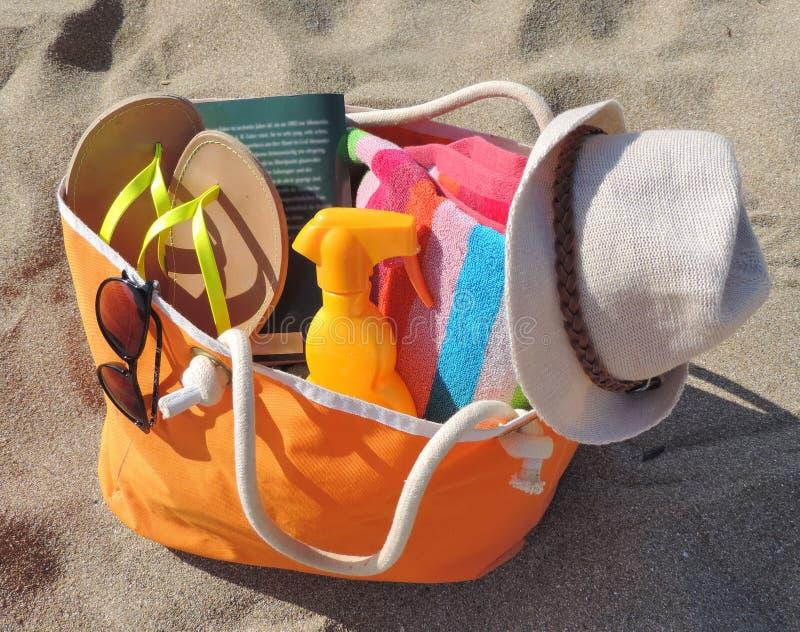 Borsa della spiaggia sulla spiaggia immagini stock libere da diritti