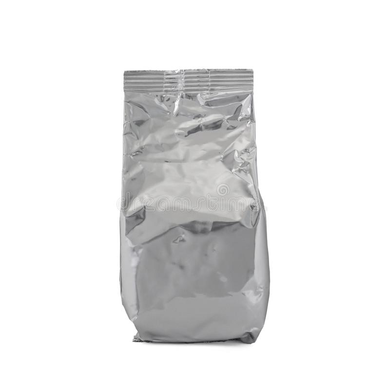 Borsa di alluminio della stagnola dello spazio in bianco per, il tè o il caffè di latte in polvere del bambino isolati su fondo b immagini stock