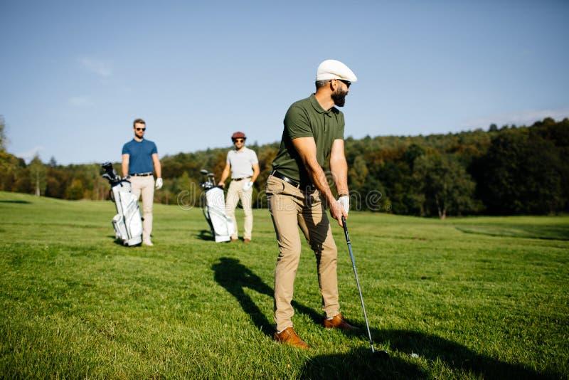 Borsa di camminata e di trasporto del giocatore di golf sul corso durante il gam di estate fotografie stock libere da diritti