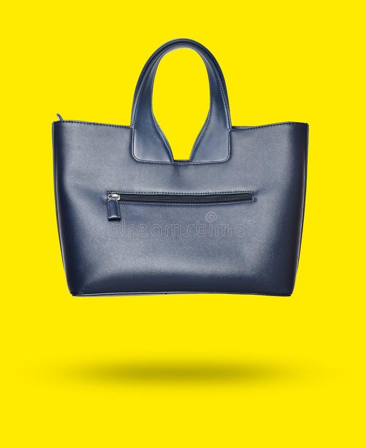 borsa di cuoio alla moda della foto 3D isolata su fondo giallo minimalism immagine stock libera da diritti