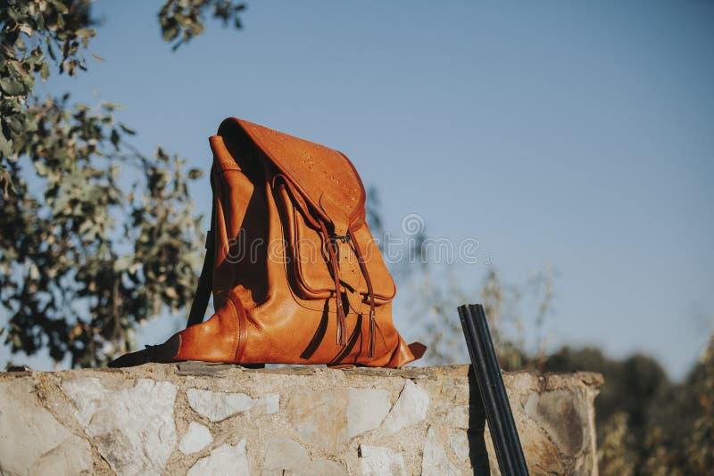 Borsa di cuoio in una parete di pietra alla campagna Concetto di caccia fotografia stock libera da diritti