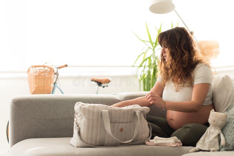 Borsa di maternità d'organizzazione della madre fotografie stock