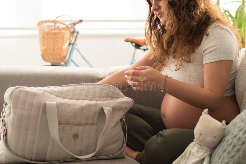 Borsa di maternità d'organizzazione della madre fotografia stock libera da diritti