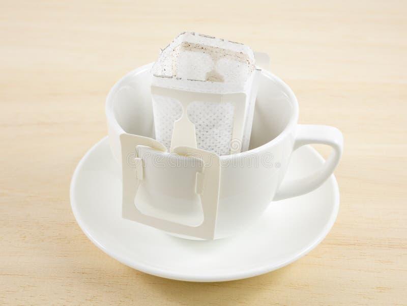 Borsa di recente fatta del gocciolamento del caffè dell'instante fotografia stock libera da diritti