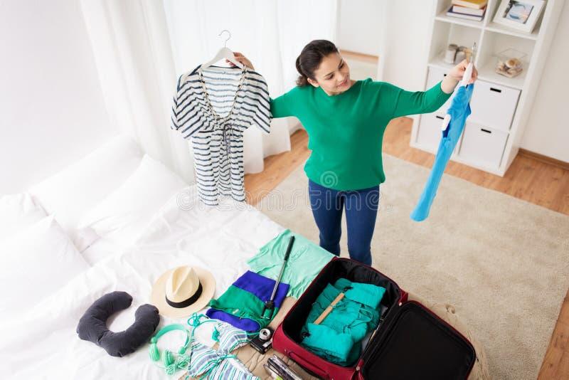 Borsa di viaggio dell'imballaggio della donna a casa o camera di albergo fotografia stock