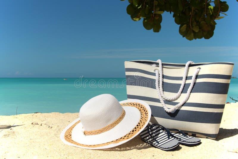 Borsa e flip-flop della spiaggia del cappello immagine stock libera da diritti