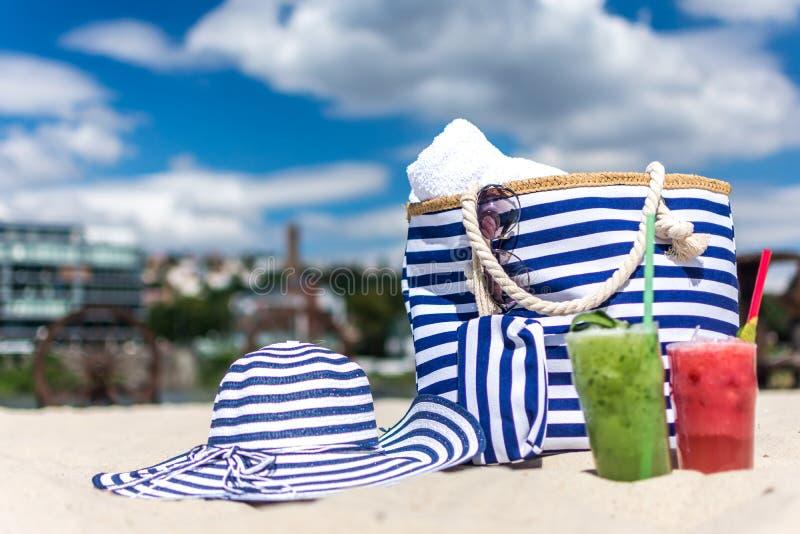 Borsa e Sun della spiaggia fotografie stock libere da diritti