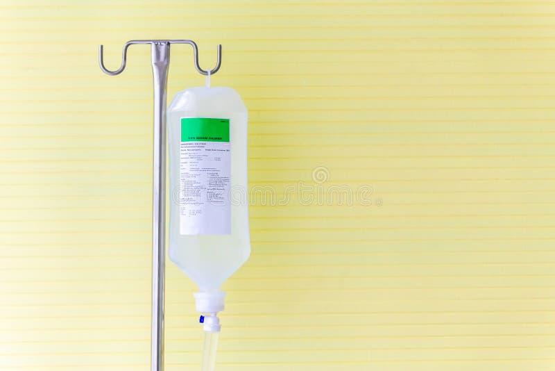 Borsa fluida del dispositivo di venipunzione della soluzione salina nel pronto soccorso all'ospedale fotografia stock libera da diritti