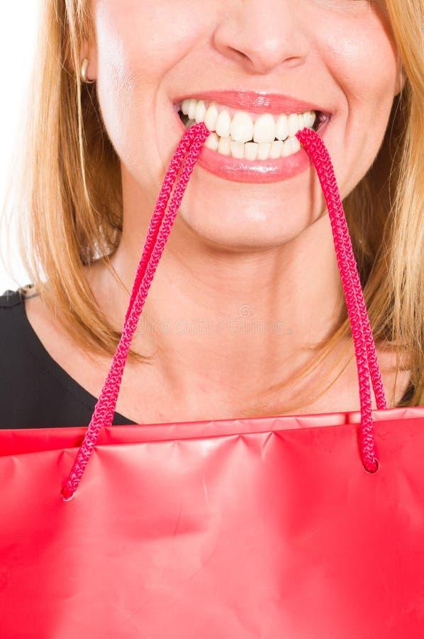 Borsa fradicia della tenuta della donna con i suoi denti immagini stock