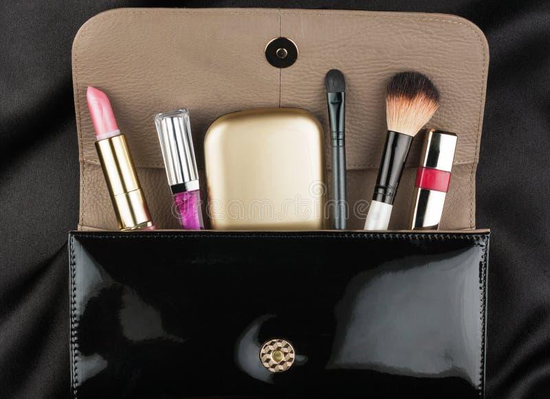 Borsa nera della pelle verniciata con i cosmetici fotografie stock libere da diritti