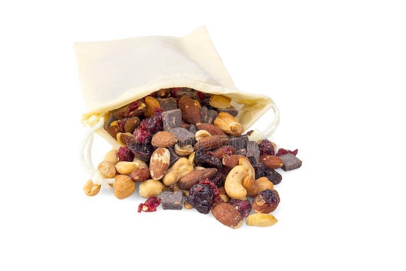 Borsa in pieno di frutta secca, dei dadi e della miscela della traccia dei bei pezzi del cioccolato immagine stock