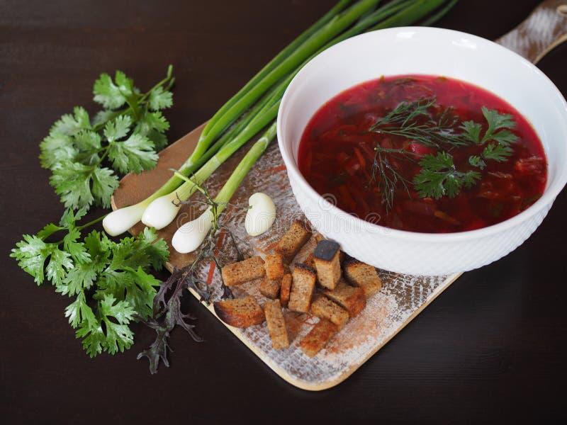 Borsch apetitosa da sopa com verdes em uma placa branca fotos de stock royalty free
