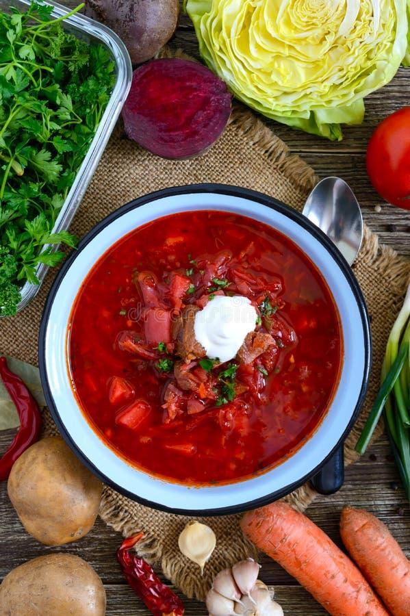 Borsch ?r en traditionell ukrainsk matr?tt i en bunke p? tabellen Smaklig och sund lunch royaltyfri bild