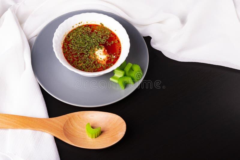 Borsch russe et ukrainien avec la crème sure et le persil Cuillère et céleri en bois Belle serviette de serviette blanche photos stock