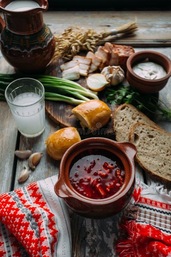 Borsch - sopa de beterrabas em uma bacia da argila em um fundo de madeira, prato tradicional do ucraniano e culinária do russo fotos de stock