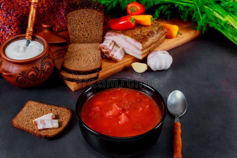 Borsch ucraino della cucina nazionale in ciotola ceramica con aglio immagini stock