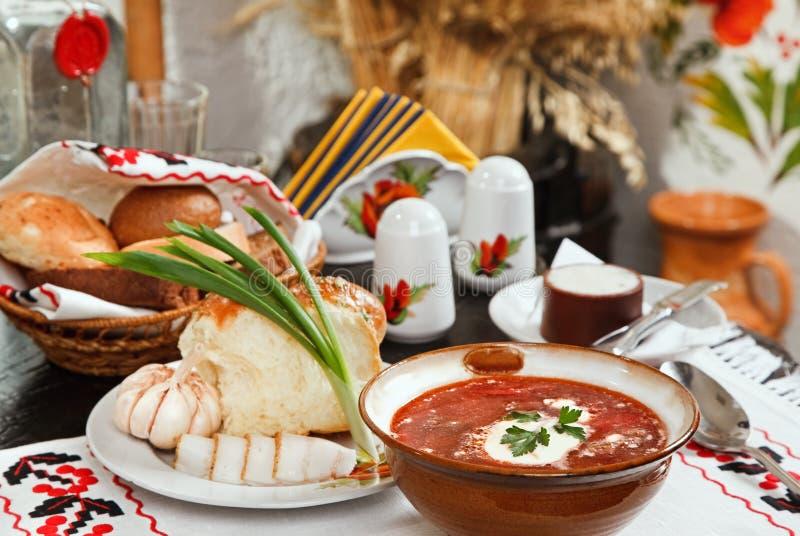 Borsch ucraino, minestra della rosso-barbabietola con il pampushki, La immagine stock