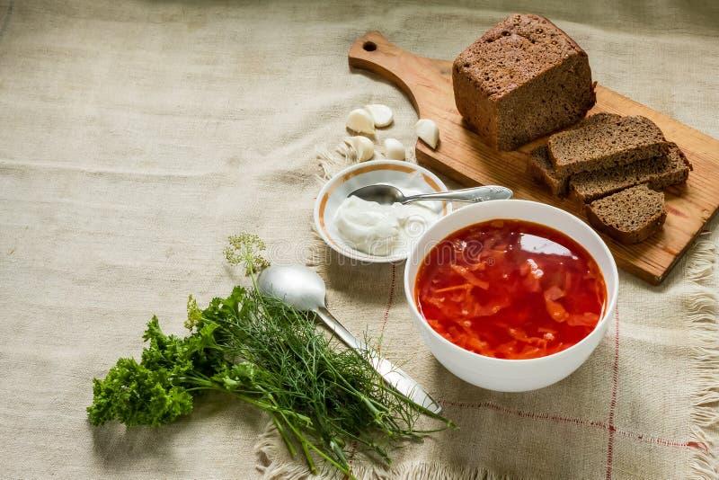 borscht Almuerzo caluroso Rebanadas de pan, crema agria, verdes fotografía de archivo libre de regalías