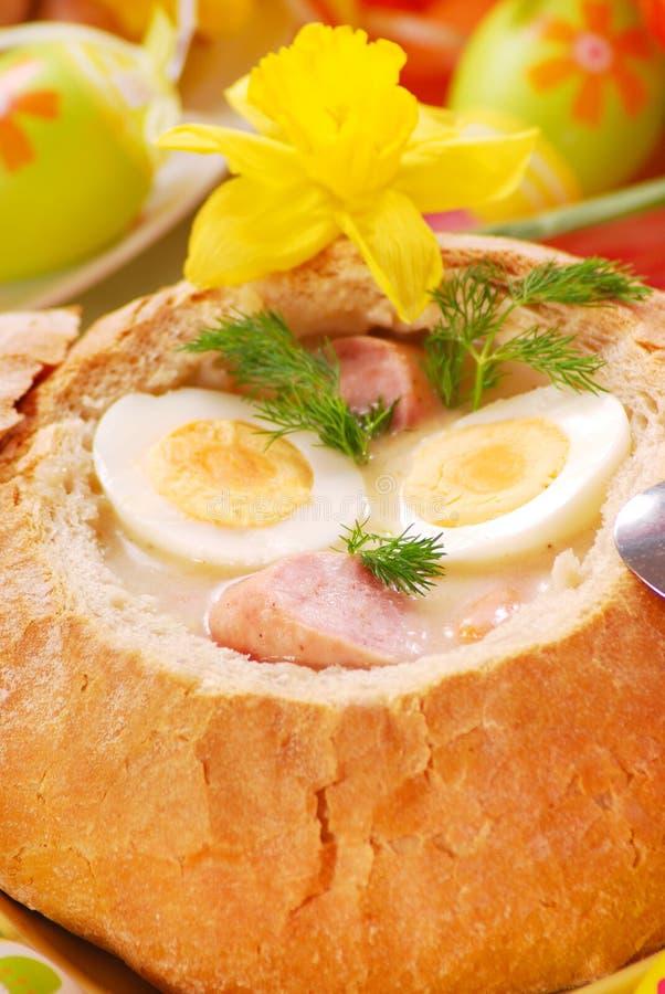 Borscht bianco in ciotola del pane immagini stock