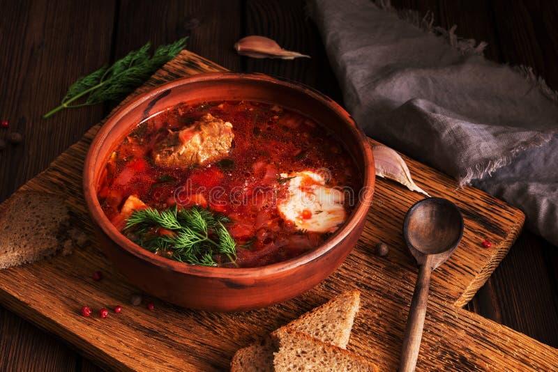 Borscht-bieten soep Traditionele Russische Oekraïense voedsel rode soep met vlees, zure room, roggebrood Selectieve nadruk stock fotografie