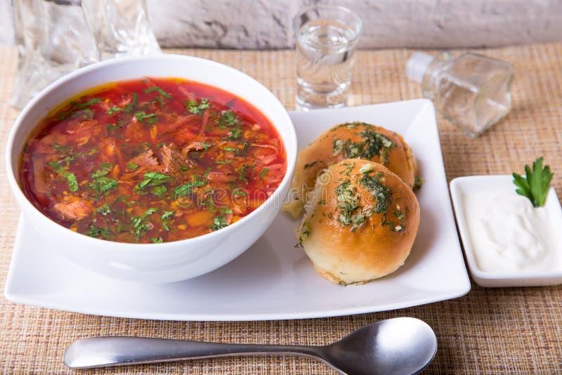 Borscht/borsjt Traditionele Russische en Oekraïense soep Broodjes met knoflook stock foto