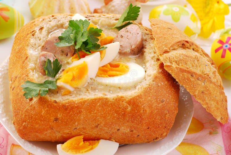 Borscht branco de Easter na bacia do pão fotografia de stock royalty free