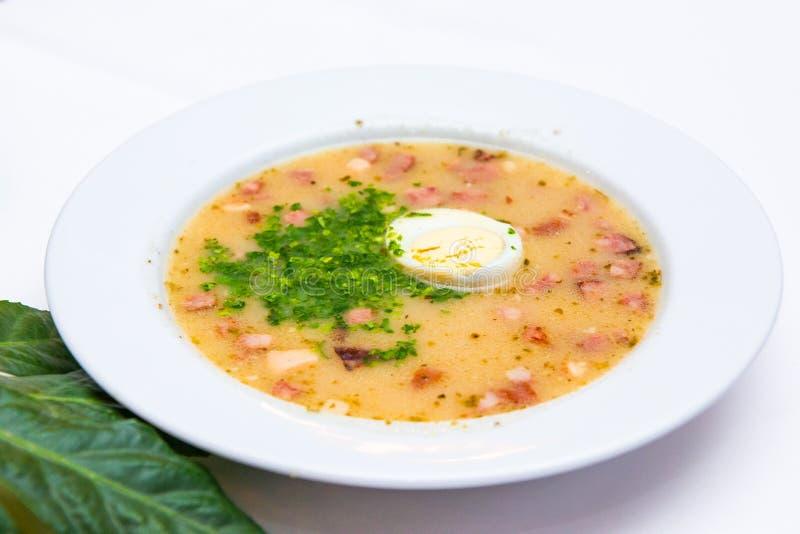 Borscht branco polonês tradicional - zurek, sopa ácida com salsichas brancas e ovos imagem de stock royalty free