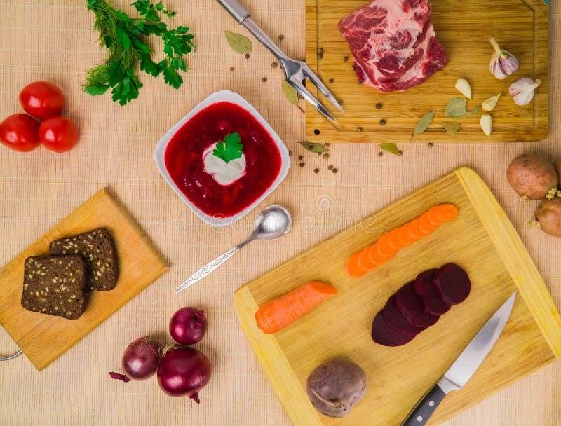 borscht Rode die soep in kom met zure room, op houten achtergrond wordt geïsoleerd Close-up Hoogste mening, groente, vegetariër,  royalty-vrije stock foto's