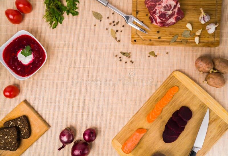 borscht Rode soep in kom met zure room, op houten achtergrond Close-up Hoogste mening, groente, vegetariër, wijnoogst, exemplaar stock foto's