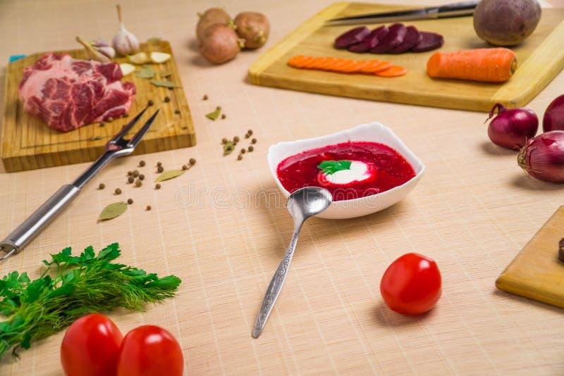 borscht Rode soep in kom met zure room, op houten achtergrond Close-up Hoogste mening, groente, vegetariër, wijnoogst, exemplaar stock afbeeldingen
