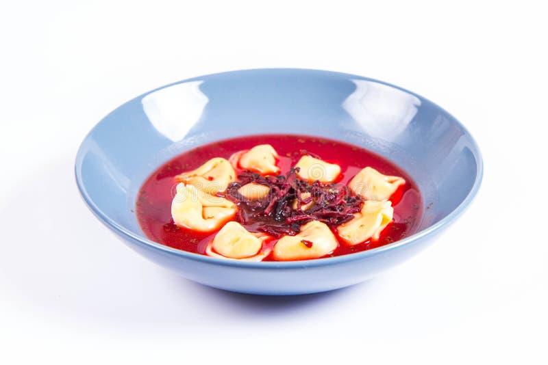 Borscht rojo con las bolas de masa hervida foto de archivo