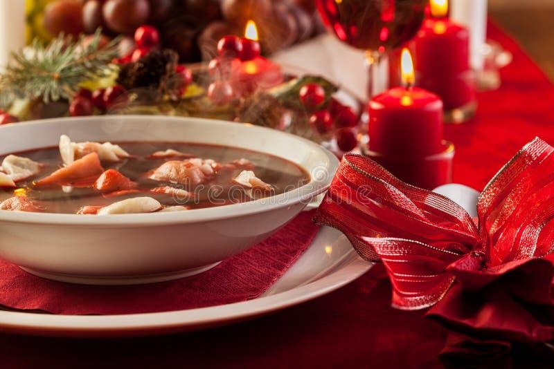 Borscht rojo de la Navidad con las bolas de masa hervida llenadas carne imagen de archivo libre de regalías