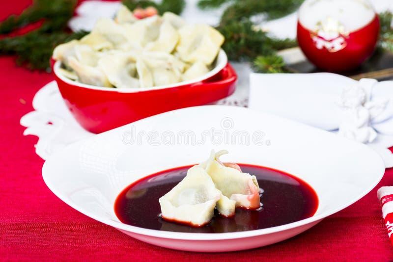 Borscht rosso con le polpette fotografia stock