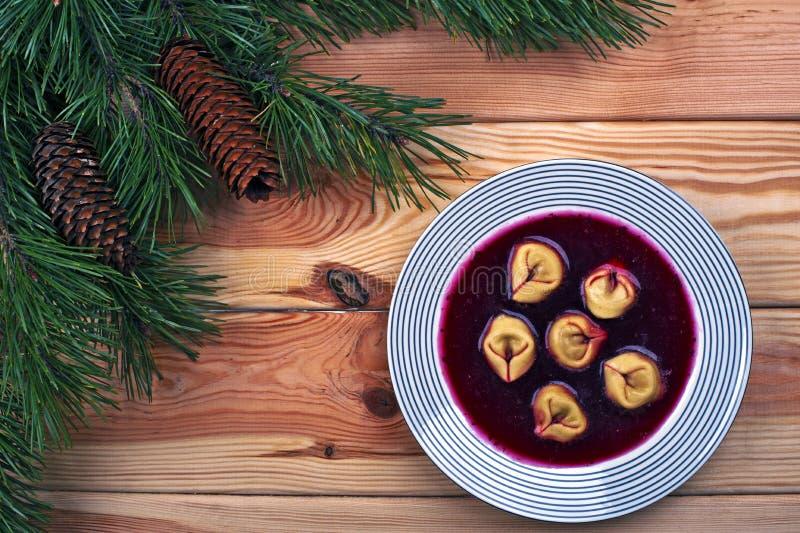 Borscht rosso polacco con gli gnocchi fotografia stock