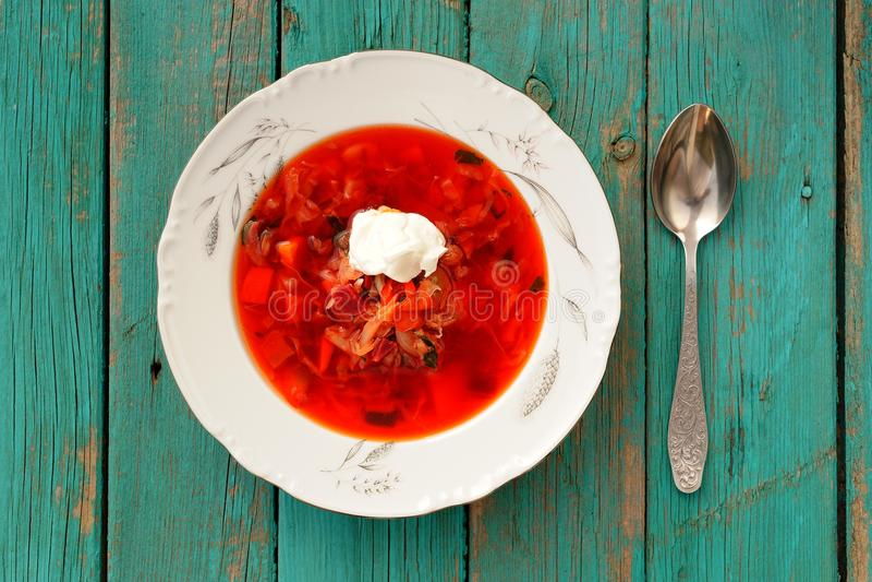 Borscht russo della minestra della bietola rossa con panna acida in piatto bianco sopra fotografia stock