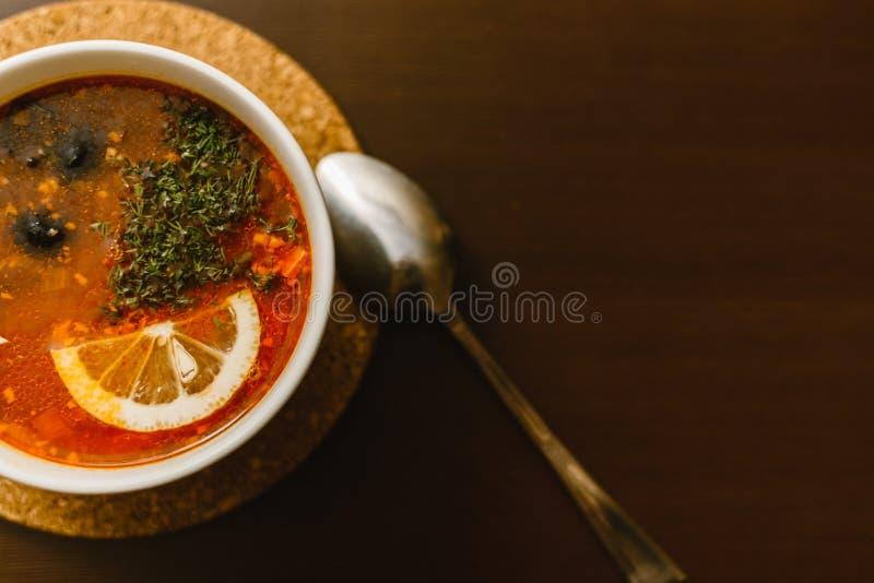 borscht, solyanka avec le citron images stock