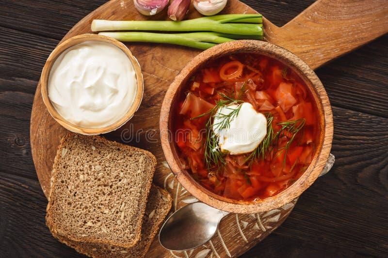 Borscht - sopa de beterrabas tradicional do russo e do ucraniano no fundo de madeira imagens de stock royalty free
