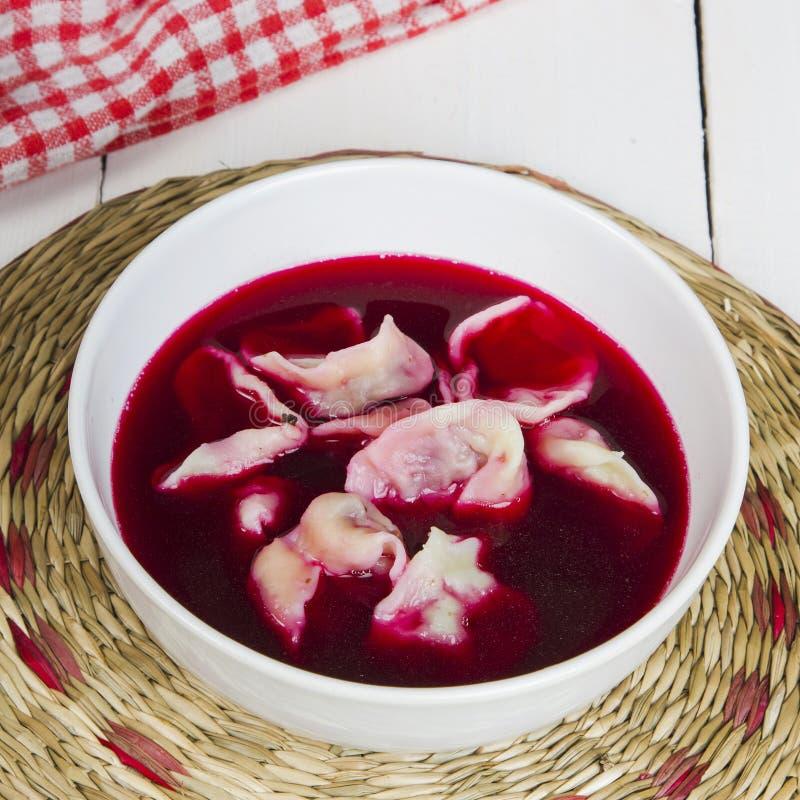Borscht vermelho com bolinhos de massa fotografia de stock