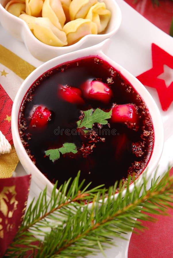 Borscht vermelho com ravioli do cogumelo fotos de stock royalty free