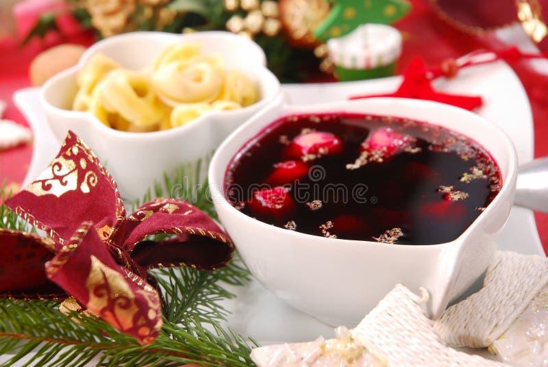 Borscht vermelho com ravioli do cogumelo fotos de stock