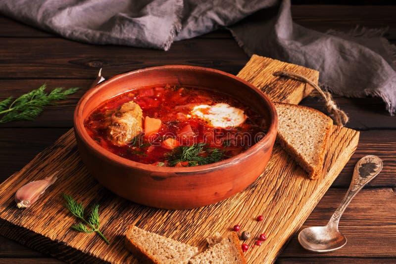 Borscht vermelho da sopa do russo ucraniano tradicional com carne e creme de leite Foco seletivo foto de stock
