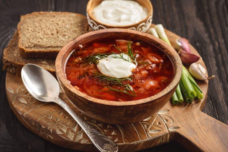 Borscht - zuppa di barbabietola russa ed ucraina tradizionale su fondo di legno fotografia stock