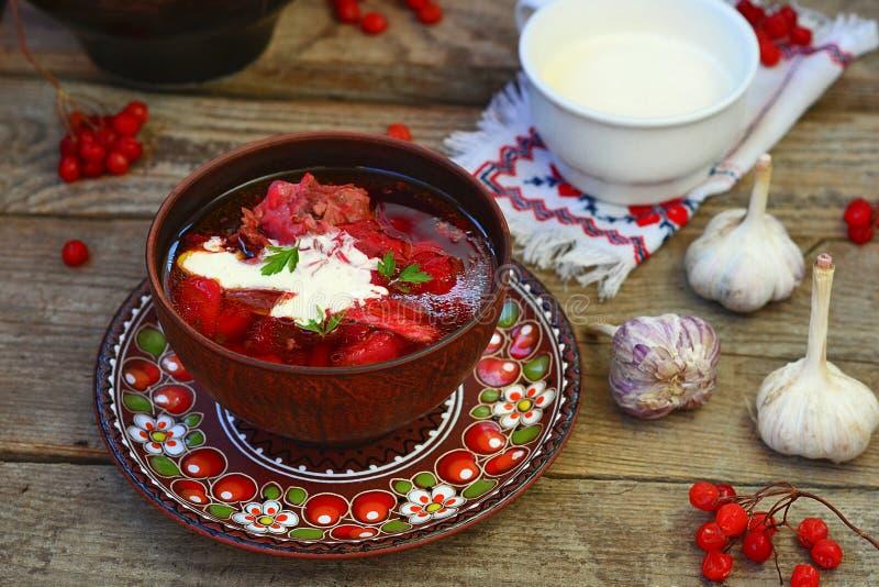 Borschtsch, traditionelle ukrainische rote Rübe und Sauerrahmsuppe stockfoto