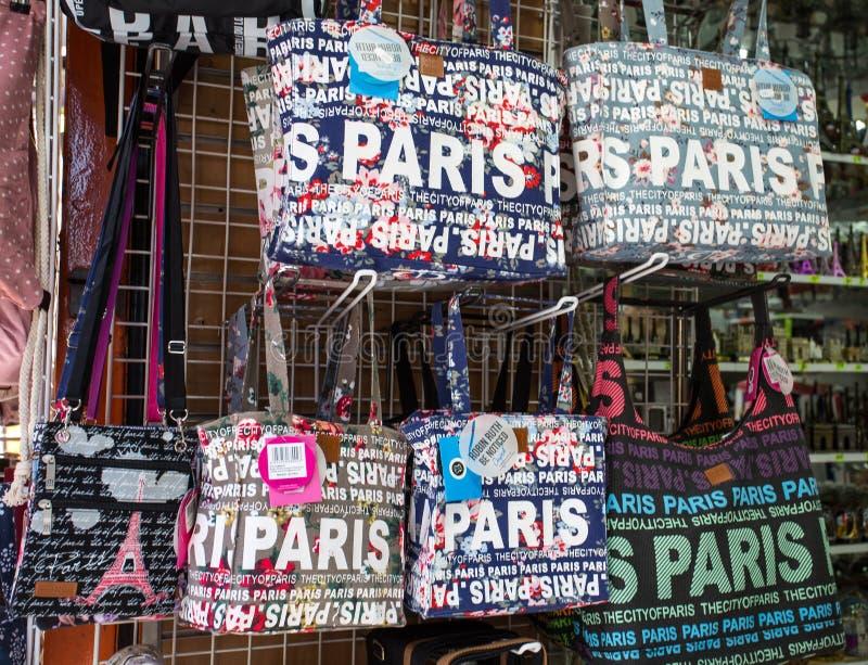 Borse con il logo di Parigi sulla vendita nel negozio di ricordo di Montmartre a Parigi, Francia fotografia stock libera da diritti