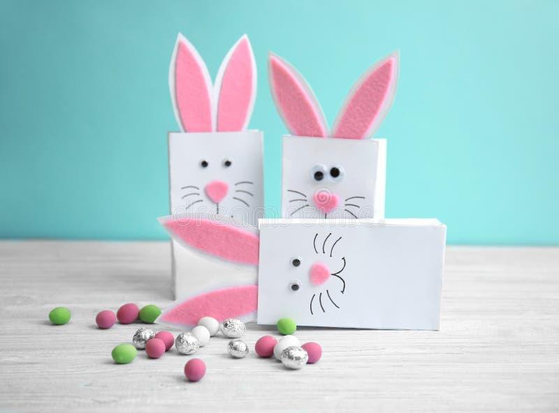 Borse decorative del coniglietto di Pasqua con le caramelle fotografia stock