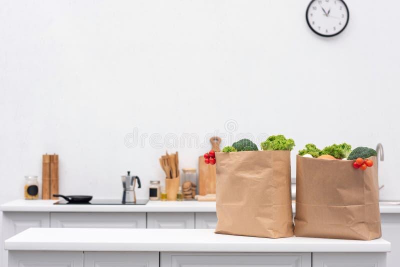 borse della drogheria con le verdure sulla tavola immagine stock libera da diritti