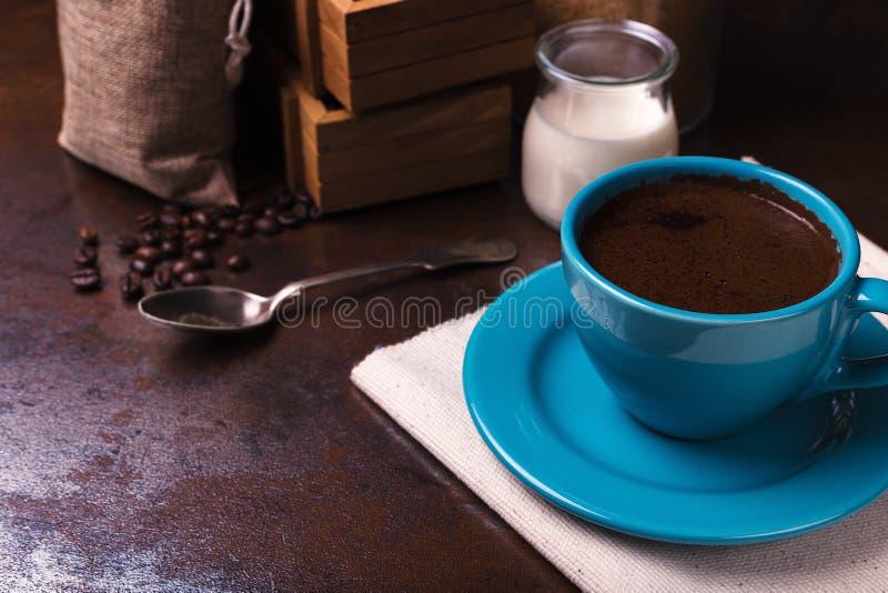 borse della iuta e della tazza di caffè, contenitore di legno, zucchero di canna fotografia stock