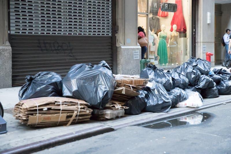 Borse di immondizia sul marciapiede in New York, U.S.A. immagine stock libera da diritti