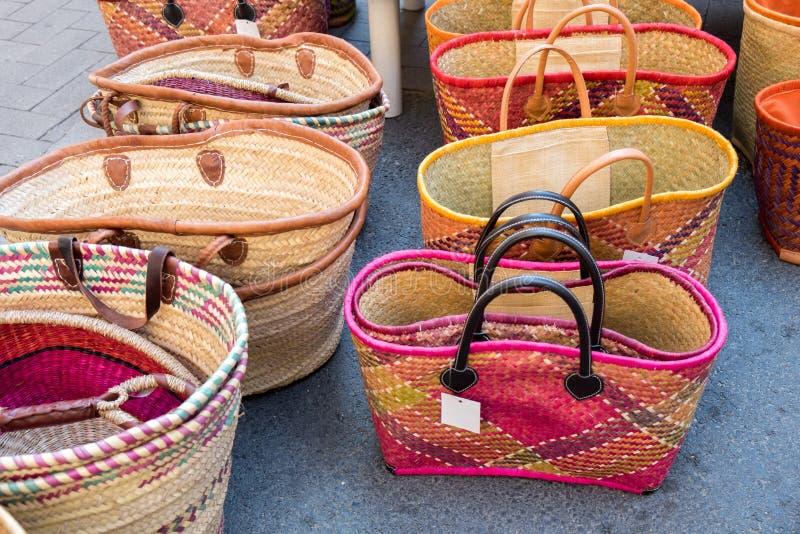 Borse fatte a mano variopinte da vendere al mercato di strada locale La Provenza fotografia stock libera da diritti