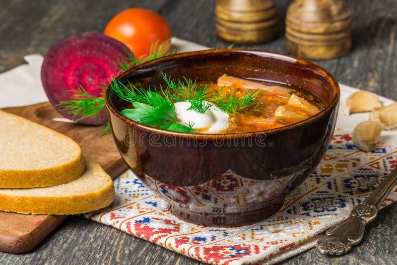 Borshch jest robić rosjaninem, Ukraińskim krajowym polewką, warzywami i mięsem z kwaśną śmietanką na szarości, - czerwoni buraki, zdjęcia royalty free